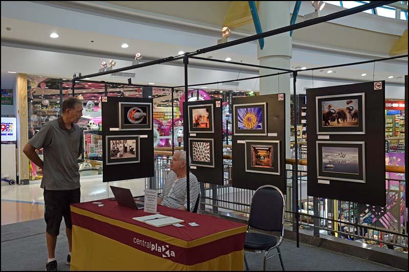 18-0256 Göte på fotoutställning CHM.jpg