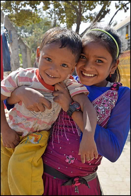 18-1694 Två glada barn KTM.jpg