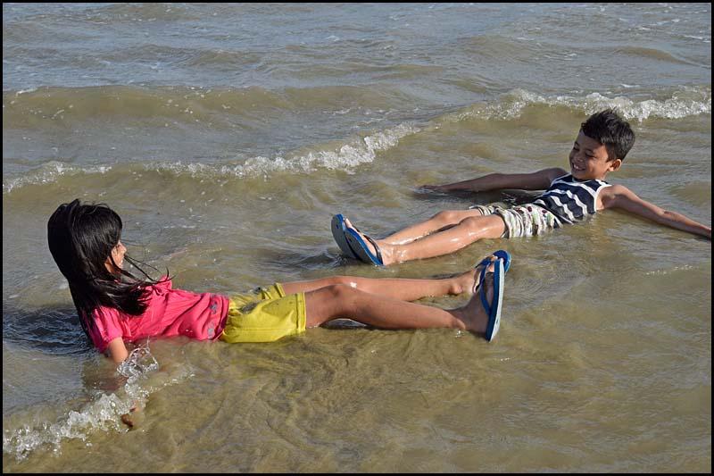 19-0010 Nicole och Kyle badar CEB.jpg