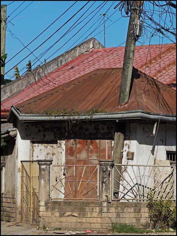 19-0040 Hus med stolpe genom taket CEB.jpg