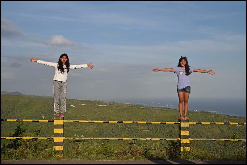 19-0084 Christine och Margrette på stolpar CEB.jpg